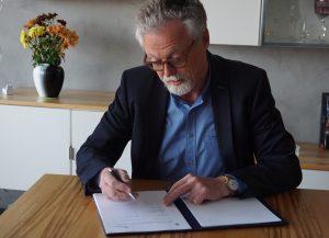 Prof. Schwarz bei der Unterzeichnung des MoU mit UADY